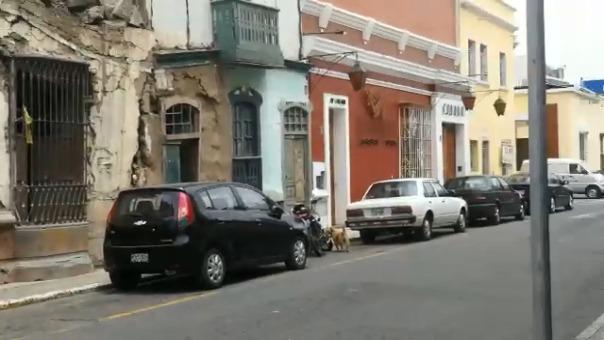 Vecinos advierten el peligro que corren las personas que viven al interior de casonas en mal estado.