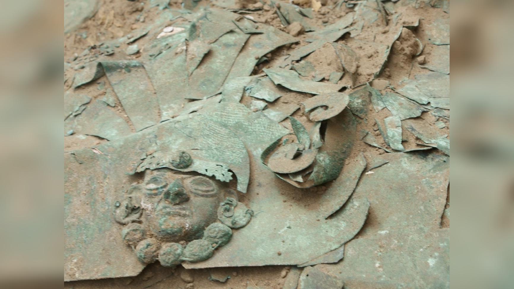 En la segunda tumba se hallaron vasijas y el personaje tiene un camélido al lado
