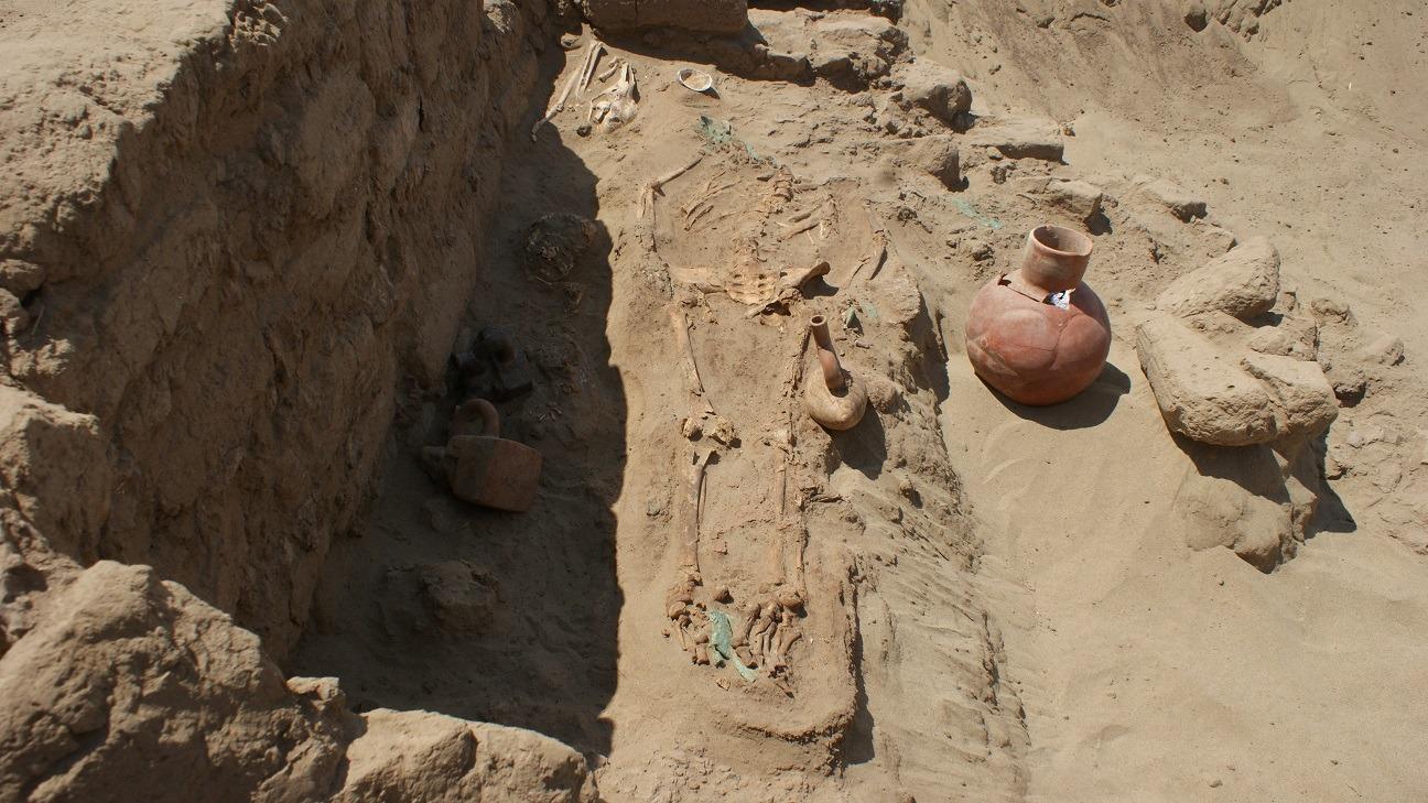 En la primera tumba se halló aparentemente a un mujer y a un niño, también un camélido (llama)