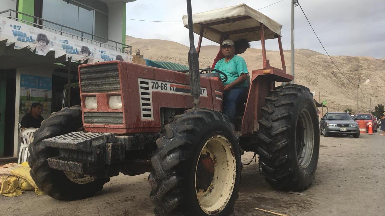 'Pepe' Miranda ayuda a los vecinos y pasajeros a cruzar el río en la Panamericana Sur.