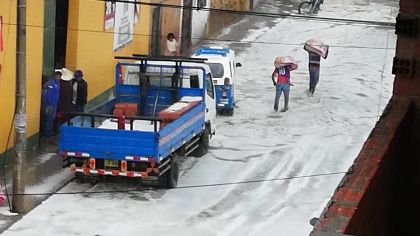 Vecinos de Huamachuco son afectados por el granizo y lluvias.