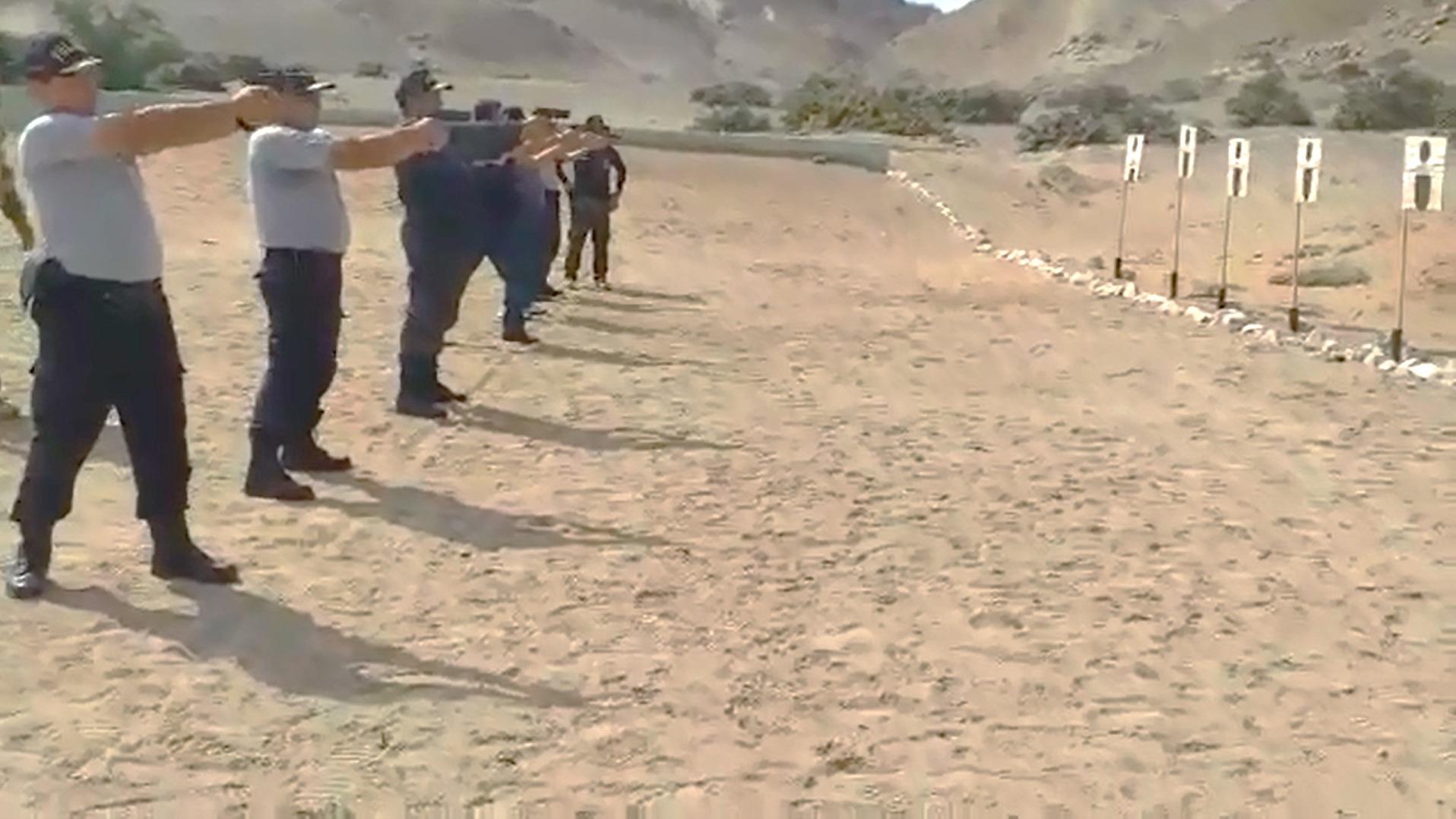 Agentes de la Policía entrenan en tiro al blanco