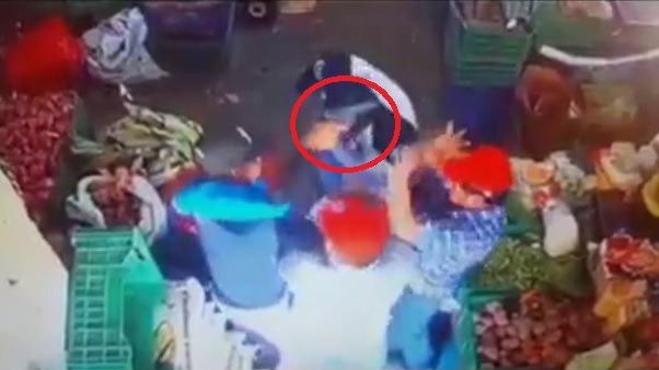 Imágenes muestran instantes en que los tres facinerosos ingresan al local y amenazan al propietario y trabajadores para llevarse el dinero.