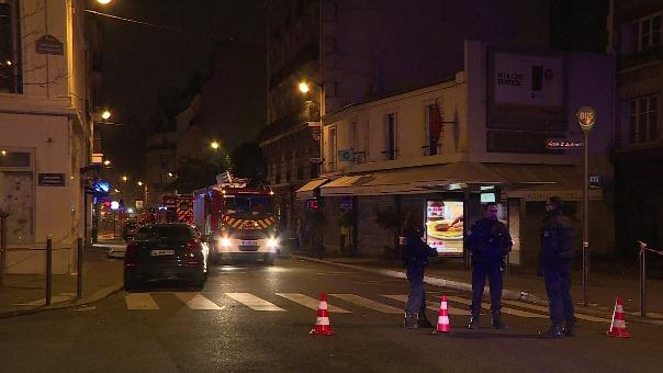 Cientos de personas que viven en casas adyacentes al edificio siniestrado fueron evacuadas.