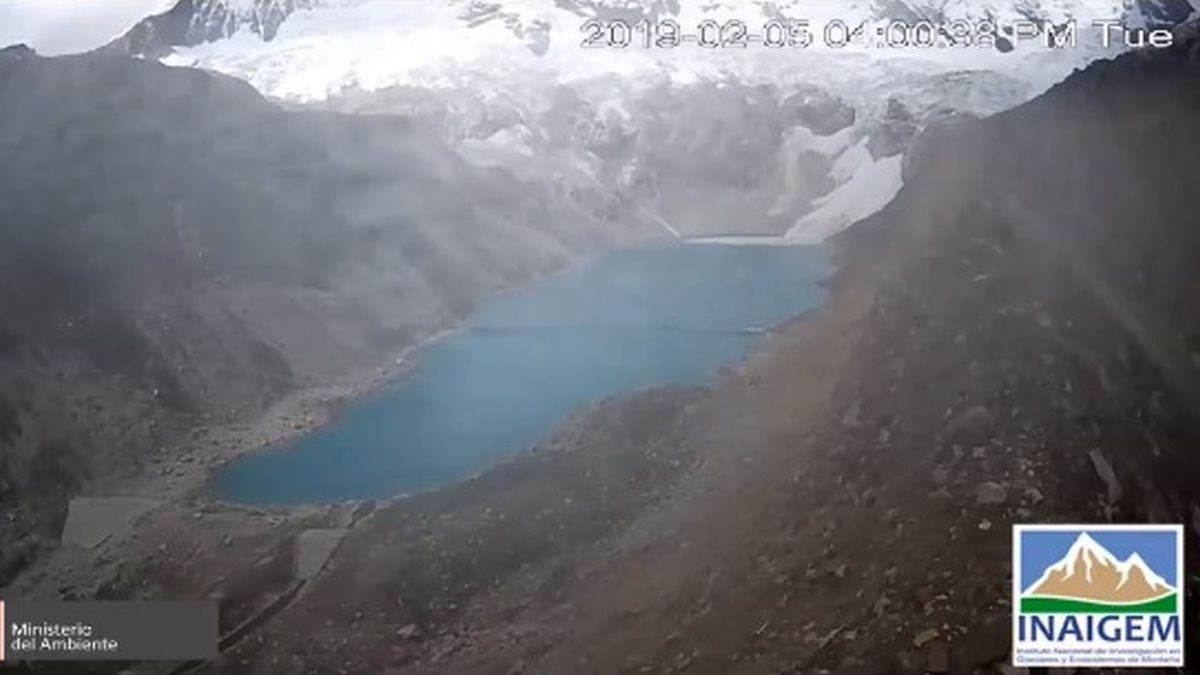 El desprendimiento en regular tamaño de la masa glaciar ocasionó un impacto con la laguna y generó un oleaje que afortunadamente fue retenida por dique.