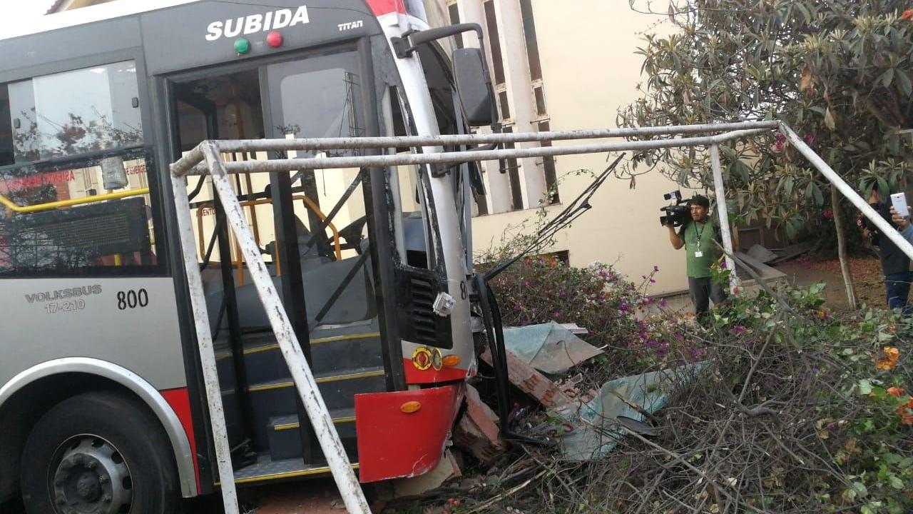 El bus se dirigía al paradero inicial del Corredor Rojo al momento del accidente.