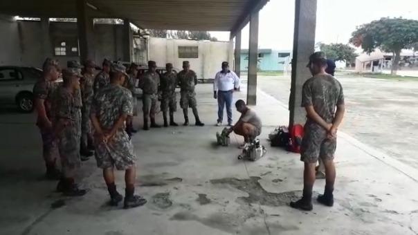 Soldados son capacitados en el uso de aparatos de fumigación.