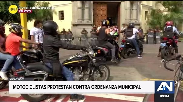 Integrantes de la Comunidad Motera del Perú invadieron las veredas cercanas a la municipalidad de Miraflores pidiendo que el alcalde reciba un petitorio y retroceda en ordenanza.