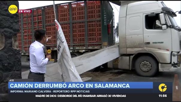 Según información del serenazgo del distrito de Ate, el vehículo chocó con la parte superior de uno de los extremos del arco.