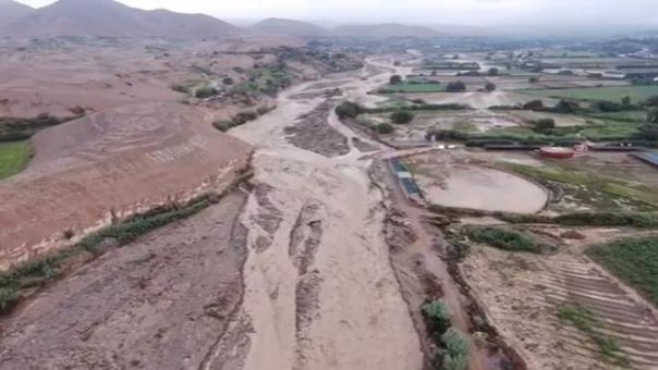 Imágenes vía aérea muestran los daños ocasionados por el desborde del río Moquegua como el colapso del puente y los daños en las viviendas y locales cercanos.