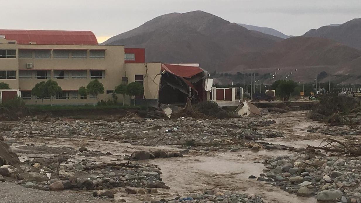 El desborde del río afectó el suelo del Poder Judicial y provocó el derrumbe de una parte del edificio.