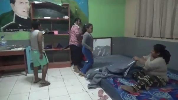 Familias duermen en aulas de un colegio a la espera de los módulos de vivienda.