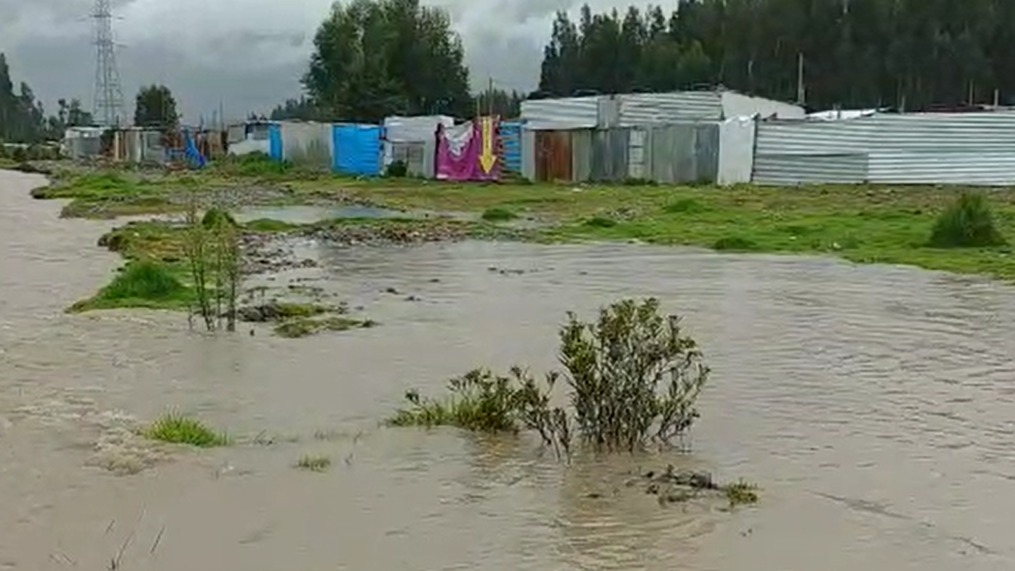 Habitantes de la zona apuntaron que el desborde ocurrió en horas de la madrugada.