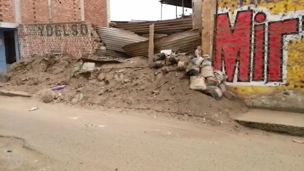 Las falladas de algunas viviendas todavía tienen el lodo del huaico.