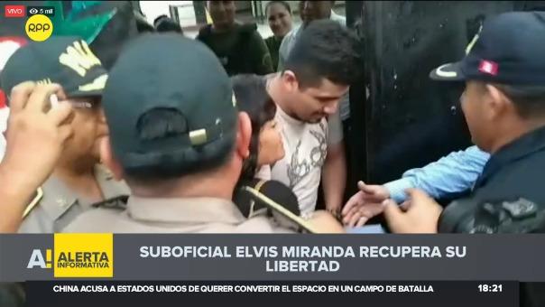 El suboficial Elvis Mirana en el momento en el que sale de la cárcel de Piura.