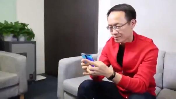 El presidente de Xiaomi interactuando con el teléfono plegable.