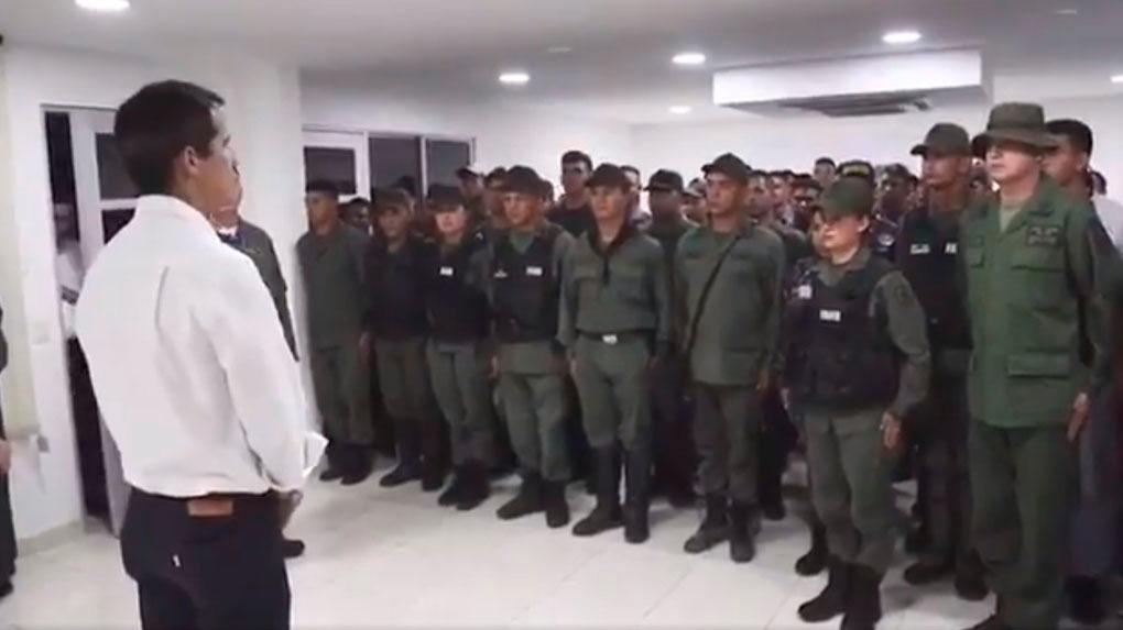 Juan Guaidó ante los uniformados que desertaron a las fuerzas chavistas.