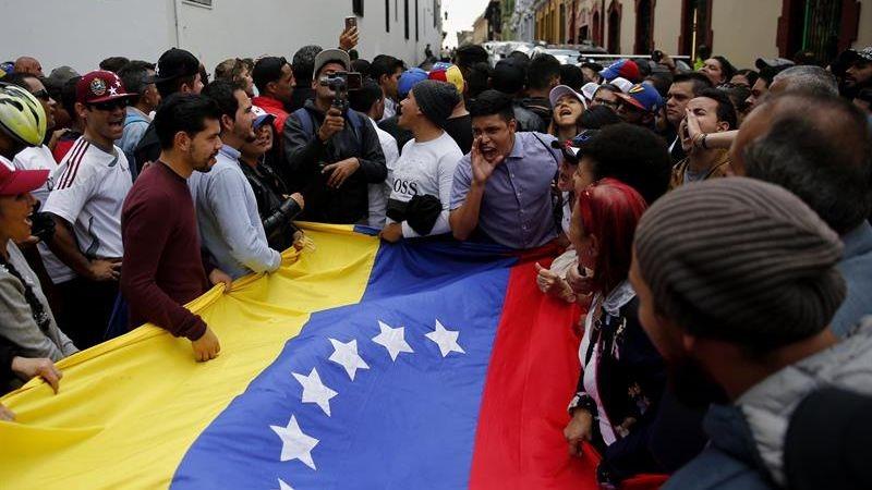 El equipo de prensa de Univisión fue retenido en el palacio presidencial por dos horas y media.