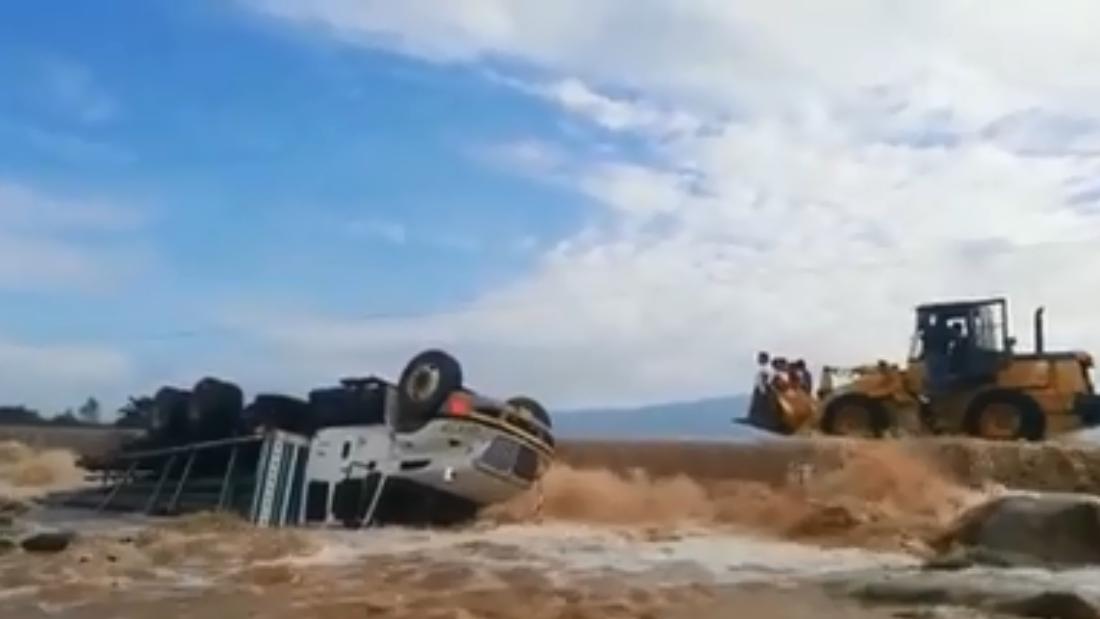 Camión en aguas de quebrada