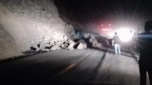 Un carril de la Panamericana Sur quedó bloqueado por la caída de rocas.