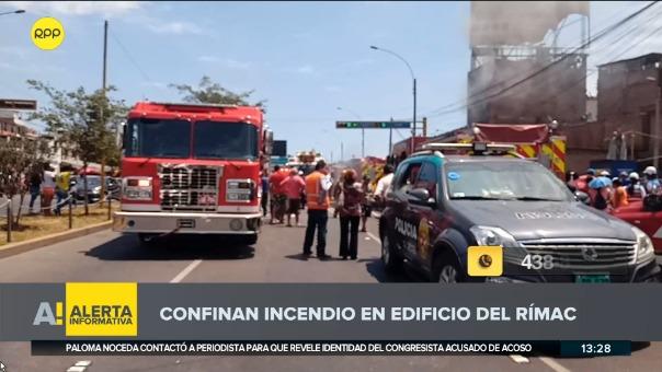 Incendio afecta los pisos dos y tres de un edificio de seis pisos. Hasta el momento no se ha reportado alguna persona herida.