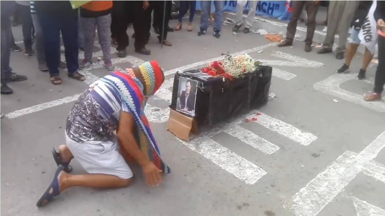 Obreros protestan con ataúd negro