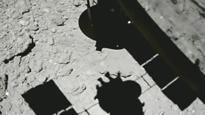 La sombra de Hayabusa 2 en el asteroide.
