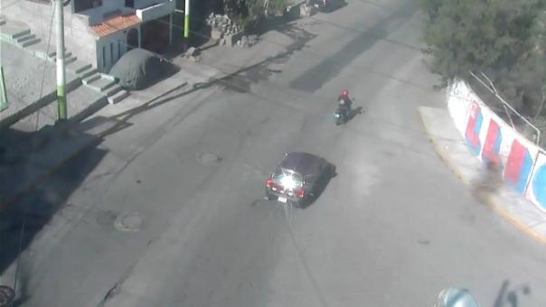 Conductor chocó a motociclista y la dejó abandonada en la pista.