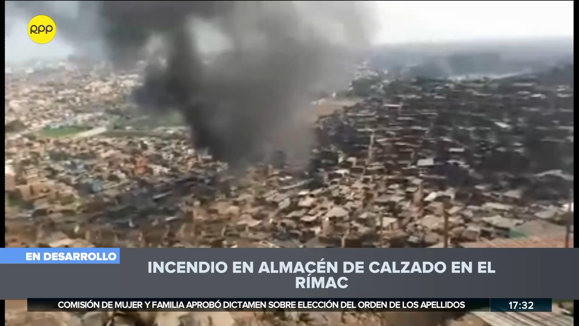 Más de 13 unidades de los Bomberos trabajan para controlar la emergencia.