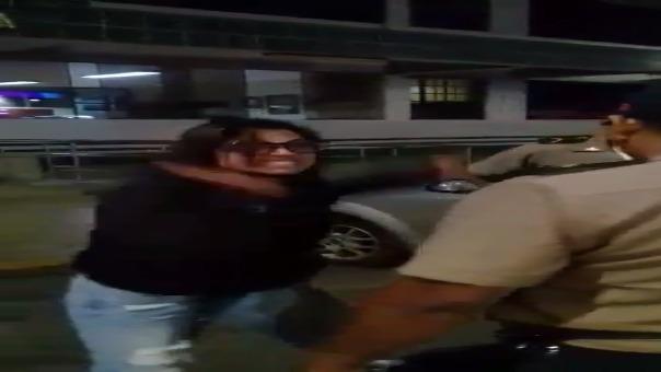 En el video se observa cómo las iracundas mujeres agreden e insultan a los suboficiales.