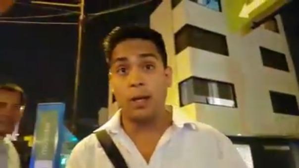 A pesar de que hay un sereno que observa la discusión, Raúl Vera Trujillo se abalanza contra el joven y lo golpea.