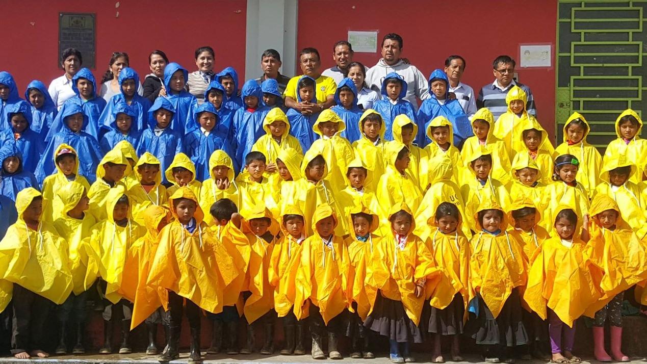 Escolares con poncho por las lluvias