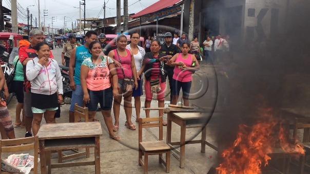 Padres queman carpetas y bloquean una calle en Iquitos.
