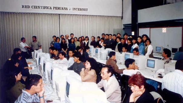 La primera cabina de Internet en el Perú abrió en 1994 en el Centro Cultural Ricardo Palma en Miraflores. Recién en 1995, Perú tuvo acceso a la WWW.