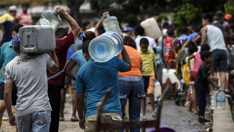 El vecino de la zona conocida como San Agustín en el oeste de Caracas, Jesús Contreras, se acercó al río con dos envases pero en ese momento ya había llegado la GNB que le impidió recoger agua del Guaire.