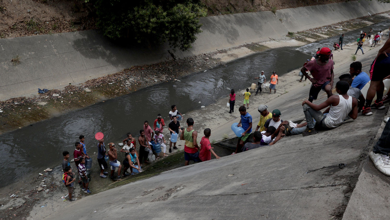 El río Guaire, que atraviesa Caracas de oeste a este, es un afluente que recibe los desechos líquidos de casi toda la ciudad y su alto nivel de contaminación es por todo el país conocido.