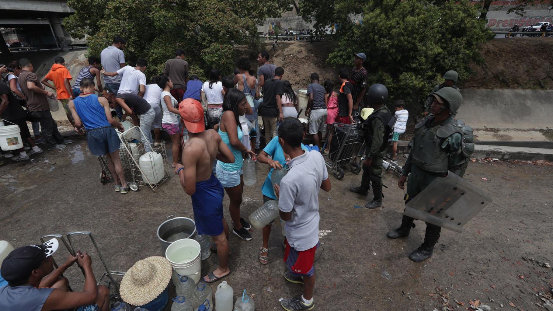 Miembros de la Guardia Nacional trataron de dispersar a las personas que intentaron recolectar agua en la autopista Francisco Fajardo.