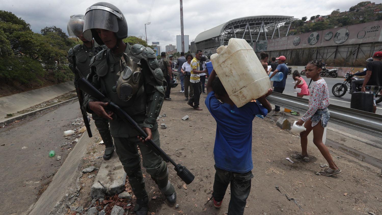 La Guardia Nacional Bolivariana (GNB, policía militarizada) tomó la zona cuando la cantidad de gente empezó a agruparse en el lugar y a atravesarse en la autopista Francisco Fajardo, la principal vía de la ciudad.