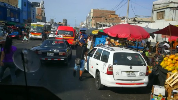 Este es la escena diaria de los exteriores del Mercado Zonal Palermo, ex Mayorista, de Trujillo.