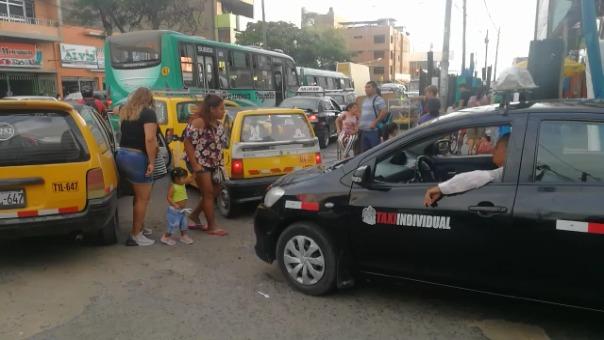 Los taxistas aseguran que no hay Policía de Tránsito en el lugar.