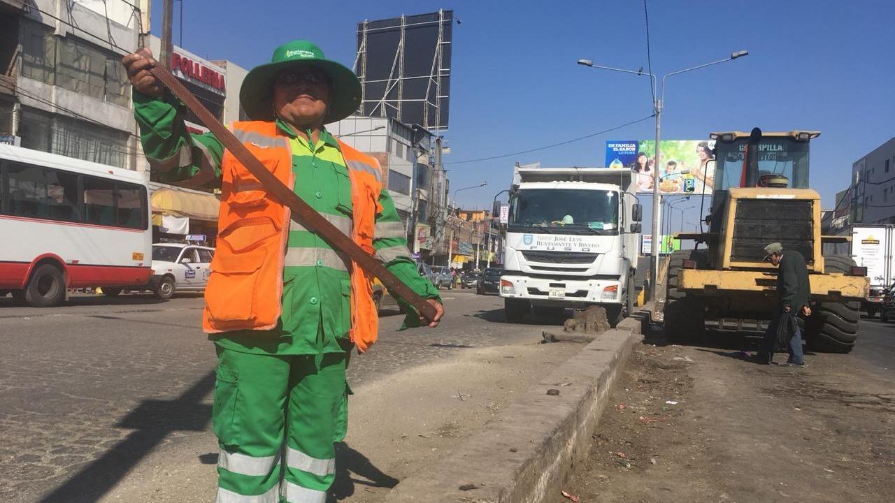 Leonisa Condori vigila que las personas no boten basura en la plataforma comercial Avelino Cáceres.