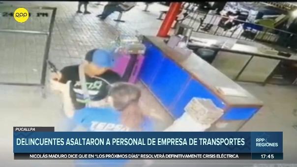 Fueron dos delincuentes los que ingresaron provistos de armas de fuego para robarles dinero y equipos celulares a los que se encontraban en empresa de transportes.