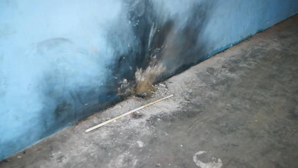 La explosión destruyó lunas y parte de la pared de la vivienda.