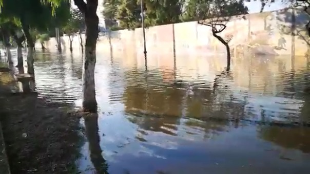 Cuadras 7 y 8 de avenida Jesús de Nazareth, a un costado del mural de la Universidad Nacional de Trujillo, resultaron inundadas producto de la lluvia de la madrugada.