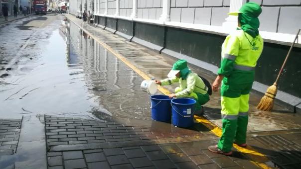 El agua empozada fue retirada de manera manual.