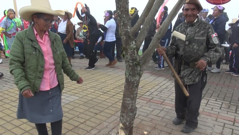 Con la alegría propia de los carnavales, los abuelitos se unieron en la yunza y no pararon de bailar hasta tumbarla.