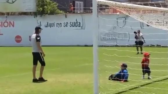 El pequeño José Félix Bravo alegró las prácticas de la Selección Peruana.