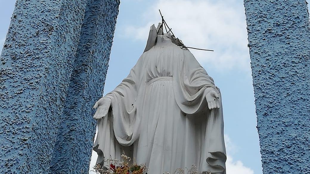 Atentando contra una imagen de la Virgen María.