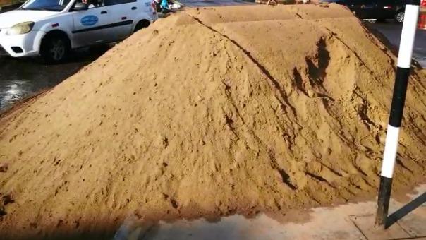 Algunos vecinos también han comprado volquetadas de arena fina para rellenar sus sacos.