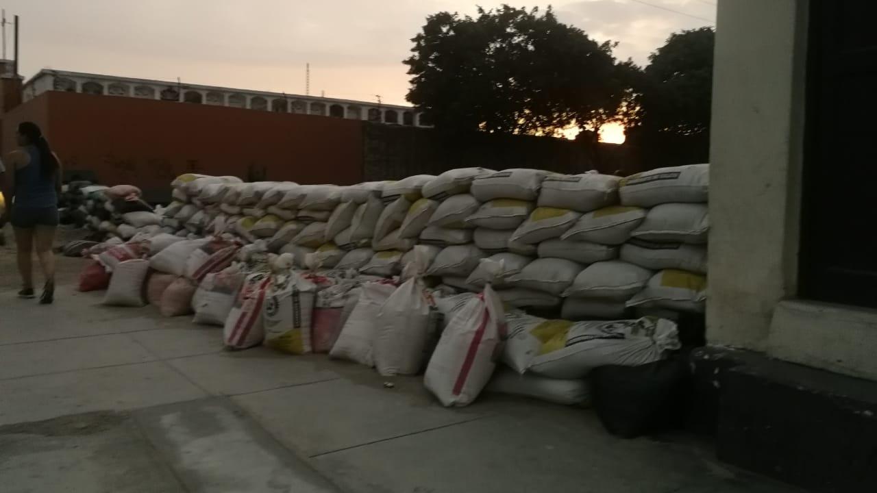 En la urbanización Miraflores, vecinos han colocado barricadas para impedir que las aguas empocen las calles.